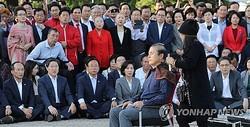 文大統領が法務部長官にチョ国氏を任命したことを巡り、自由韓国党の黄教安代表が青瓦台前で、頭を丸めて抗議の意を示し、チョ氏の解任を求めた=16日、ソウル(聯合ニュース)