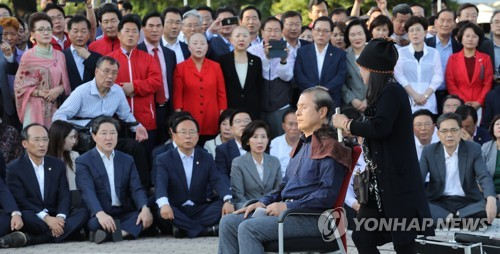 韓国最大野党代表が丸刈りで抗議 文大統領側近の法相解任を要求