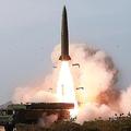北朝鮮が5月4日に発射した戦術誘導兵器。ロシアの短距離弾道ミサイル「イスカンデル」と酷似している(2019年5月5日付朝鮮中央通信)