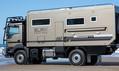 このトラックがあれば何処でだって住める? 荒れ地をモリモリ乗り越えるビッグなキャンピングカー