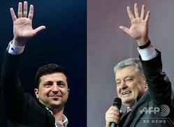 ウクライナ大統領選で優勢なコメディー俳優のウォロディミル・ゼレンスキー氏(左、2019年3月29日撮影)と、現職のペトロ・ポロシェンコ大統領(右、2019年4月14日撮影)。(c)  Genya SAVILOV and Sergei SUPINSKY / AFP