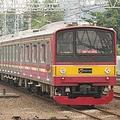 現在はジャカルタを走る元JR東日本の205系車両。以前は南武線などで使われていた。ピンクに塗装されている前列の車両は女性専用で、終日男子禁制となる