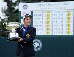 <日本オープンゴルフ最終日>優勝カップを手に笑顔の稲森佑貴(撮影・沢田 明徳)