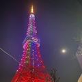 青、赤、ピンク、黄、緑…SMAPのメンバーカラーに染まった東京タワー※東京堂提供