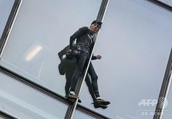 独フランクフルトにある高層ビル「スカイパー」に登る、フリークライマーのアラン・ロベールさん(2019年9月28日撮影)。(c)Daniel ROLAND / AFP