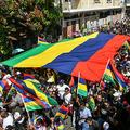 モーリシャス南東部マエブールで、政権の退陣を要求するデモに参加する人々(2020年9月12日撮影)。(c)Dev RAMKHELAWON / L'Express Maurice / AFP