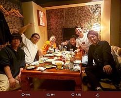 端に座る宮下草薙の草薙航基と宮下兼史鷹(画像は『有吉弘行 2019年10月10日付Twitter「変な組み合わせ。」』のスクリーンショット)