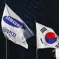 韓国ソウルに掲揚されたサムスン社旗(左)と韓国国旗(右、2017年1月16日撮影、資料写真)。(c)JUNG YEON-JE / AFP