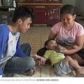 哺乳瓶で我が子にコーヒーを飲ませる両親(画像は『Kompas.com 2019年9月16日付「Orangtua Tak Mampu Beli Susu, Bayi 14 Bulan Diberi 5 Gelas Kopi Setiap Hari」(KOMPAS.COM/JUNAEDI)』のスクリーンショット)