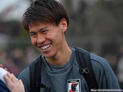 取材対応で笑顔を見せるMF橋本拳人(FC東京)
