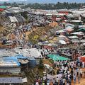 バングラデシュ南東部コックスバザールのクトゥパロン難民キャンプで、ミャンマー軍の弾圧から1年を迎えて実施された行事に参加したロヒンギャ難民たち(2018年8月25日撮影、資料写真)。(c)Dibyangshu SARKAR / AFP