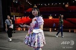 中国・四川省の成都で行われたイベントのリハーサルに臨むアリスさん(中央、2019年8月30日撮影)。(c)HECTOR RETAMAL / AFP