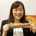 オリーブオイルとバターのガーリックフランスを持つ村田氏