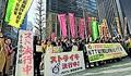(写真)NTT持ち株会社前でストライキ突入集会を行うJMITU組合員と支援者たち=15日朝、東京都千代田区