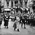 1930年代初頭、ドイツ・ベルリン市内を行進するアドルフ・ヒトラー(中央、撮影日不明)。(c)FRANCE PRESSE VOIR / AFP