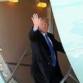 米メリーランド州で2019年2月、ベトナム・ハノイでの米朝首脳会談に向かうため、大統領専用機「エアフォースワン」に搭乗するトランプ米大統領(当時)=ロイター