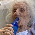 コロナ回復103歳 ビールでお祝い