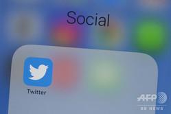 携帯電話の画面に表示されたツイッターのロゴ(2019年7月10日撮影、資料写真)。(c)Alastair Pike / AFP