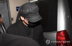 梁鉉錫氏は先月、約9時間にわたる事情聴取を受けた。事情聴取後、ソウル地方警察庁を後にする梁氏=(聯合ニュース)