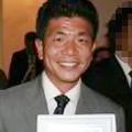 健康的に日焼けをした10年ほど前の記内容疑者。逮捕時は青白い顔で、目つきも鋭かった