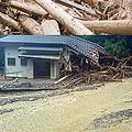 7月の九州北部豪雨により、里川さんが住む福岡県あさくら市は、死者29名、住家被害1014件、避難者431名(いずれも8月10日現在)の被害を受けた。道路は20万トンもの流木でふさがれた。写真提供=福岡県あさくら市観光協会・里川径一さん。