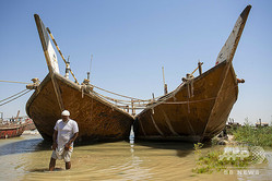 イラク・バスラの南方90キロの港町アルファオで、農地近くの川の水量を確かめる農業経営者(2020年8月17日撮影)。(c)Hussein FALEH / AFP