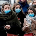 マスクを着用して歩く人々。ロンドンの中心、バッキンガム宮殿付近にて=2020年3月15日