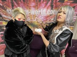 ワンダー王座戦調印式で塩を手に刀羅ナツコ(左)を挑発するジュリア(ⓒスターダム)