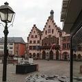 新型コロナウイルス感染拡大防止のための外出制限により閑散としたドイツ・フランクフルト市庁舎前の広場(2020年3月21日撮影、資料写真)。(c)Yann Schreiber / AFP