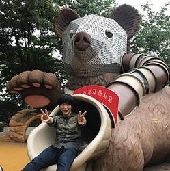 韓国を訪問中の古市憲寿氏(画像は『古市憲寿 2017年8月14日付Instagram「Guess where I am! #公園の中に巨大熊ちゃん」』のスクリーンショット)