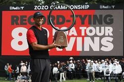 男子ゴルフ米国ツアー、ZOZOチャンピオンシップ最終日。優勝を飾り、トロフィーを手にするタイガー・ウッズ(2019年10月28日撮影)。(c)TOSHIFUMI KITAMURA / AFP