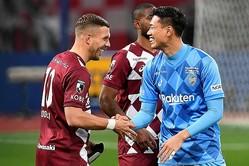 試合後に笑顔で言葉を交わすポドルスキ(写真左)と前川(写真右)。写真:金子拓弥(サッカーダイジェスト写真部)