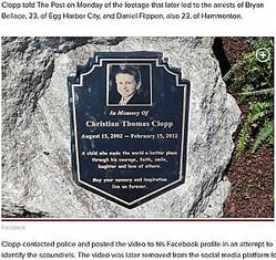無慈悲な男達に放尿された追悼記念碑(画像は『New York Post 2019年5月20日付「Two charged after video shows man urinating on memorial for boy who died from cancer」(Facebook)』のスクリーンショット)