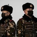 中国の首都北京で、マスクを着けて駅の警備に就く武装警官(2020年1月27日撮影)。(c)NICOLAS ASFOURI / AFP