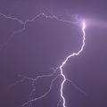 落雷が発生したらどこに逃げる?安全な建物がない場合は「車の中」へ
