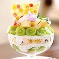 芸術的な見た目にうっとりする「桃とシャインマスカットのパフェ」(1580円) / deli&cake Cafe Milk Bush