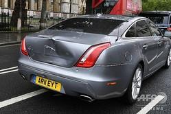 英ロンドンの国会議事堂前で、デモの参加者が飛び出したため急ブレーキをかけた際に後続の警備車両に追突され、後部が大きくへこんだボリス・ジョンソン首相が乗っていた車(2020年6月17日撮影)。(c)DANIEL LEAL-OLIVAS / AFP