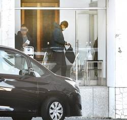1月30日、ドラマ『ケイジとケンジ』の撮影のため、群馬県内の施設に入る東出昌大。終始、人目を避けていた