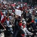 ミャンマー・マンダレーで、国軍によるクーデターに抗議するデモ隊(2021年2月7日撮影)。(c)STR / AFP