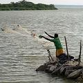 漁をするスリランカ市民スリランカ(LAKRUWAN WANNIARACHCHI/AFP/Getty Images)