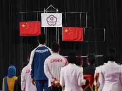 ジャカルタ・アジア大会の会場で掲げられる中華オリンピック委員会の旗(中央)