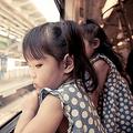 子どもにマナー教える魔法の言葉?電車での「プリンセス座り」が話題