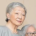 皇后美智子さま(左)と末盛千枝子さん