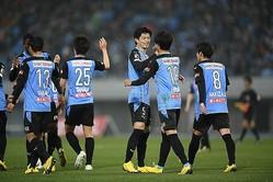 新キャプテンの谷口を中心に喜ぶ川崎の選手たち。清水に5-1で勝利した。写真:金子拓弥(サッカーダイジェスト写真部)