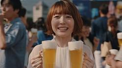『ザ・プレミアム・モルツ<香る>エール』のCM「夏の神泡(ラバーズ)」篇に出演する声優の花澤香菜