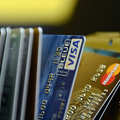 クレジットカード(2013年2月5日撮影、資料写真)。(c) ANNE-CHRISTINE POUJOULAT / AFP