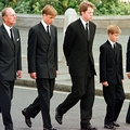 ダイアナ元皇太子妃の葬儀で、ウェストミンスター寺院の外を行進する英王室メンバーら。左からフィリップ殿下、ウィリアム王子、ダイアナ元妃の弟スペンサー伯爵、ヘンリー王子、チャールズ皇太子(1997年9月6日撮影)。(c)JEFF J MITCHELL / POOL / AFP