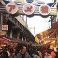賑わう年末の「アメ横」外国人観光客の増加でキャッシュレス化の課題も