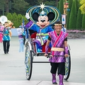 東京ディズニーランドで実施されている「七夕グリーティング」の様子。彦星と織姫に扮したミッキーマウス&ミニーマウスが、人力舎に乗ってゲストにご挨拶/(C)Disney