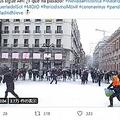 大勢の人が街に繰り出して雪合戦(画像は『Enrique Tena 2021年1月10日付Twitter「#Filomena HILO」』のスクリーンショット)